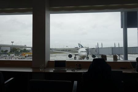 ラウンジから飛行機を見る