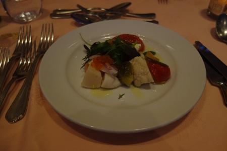 魚介類と新鮮な野菜のサラダ