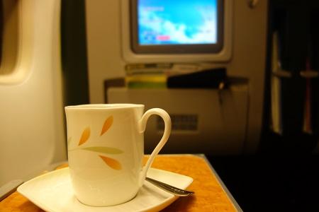 機内でコーヒーを