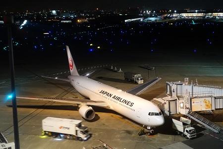 夜の羽田空港で見た滑走路