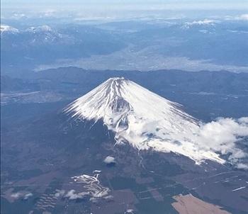 機内から富士山を見る