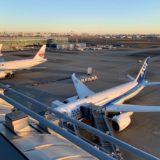 羽田空港デッキから見る飛行機